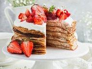 Рецепта Палачинкова торта със сметана и ягоди